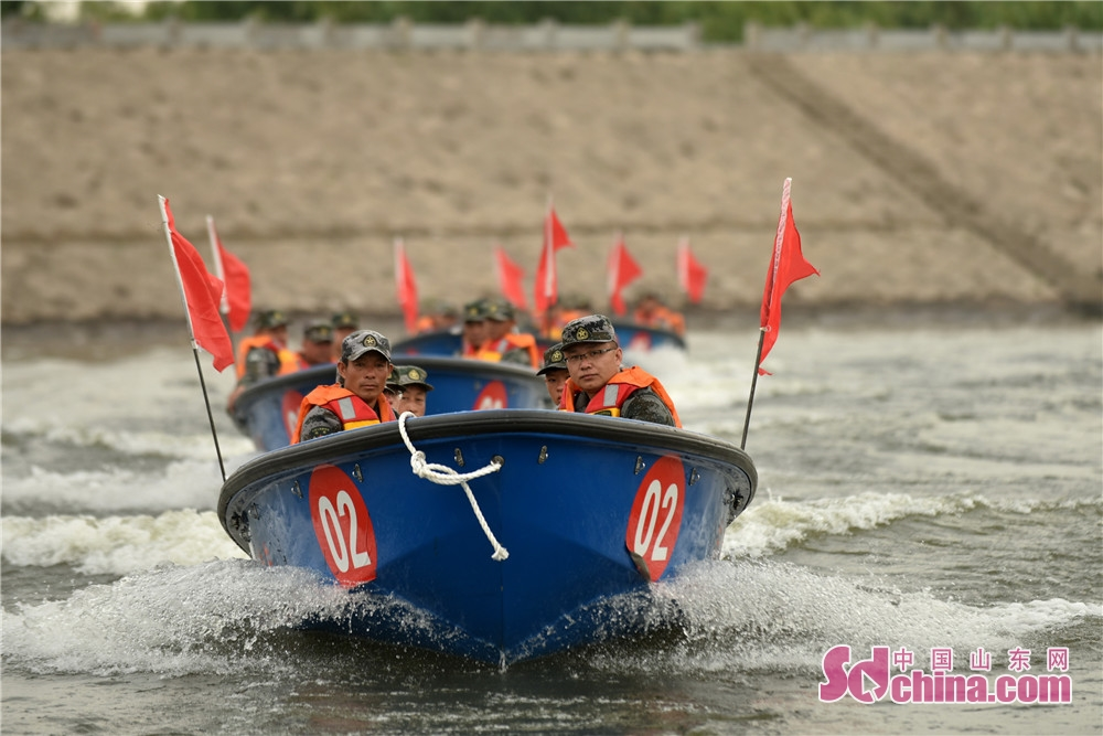 A disaster rescue and relief drill is held by a reserve corps of engineers in Beiying Reservoir of Yiyuan Coutny in Zibo, Shandong province recently.