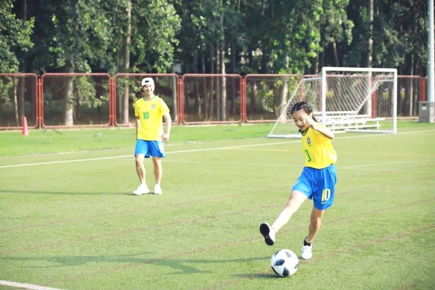 <br/>  田亮森碟踢足球。<br/>