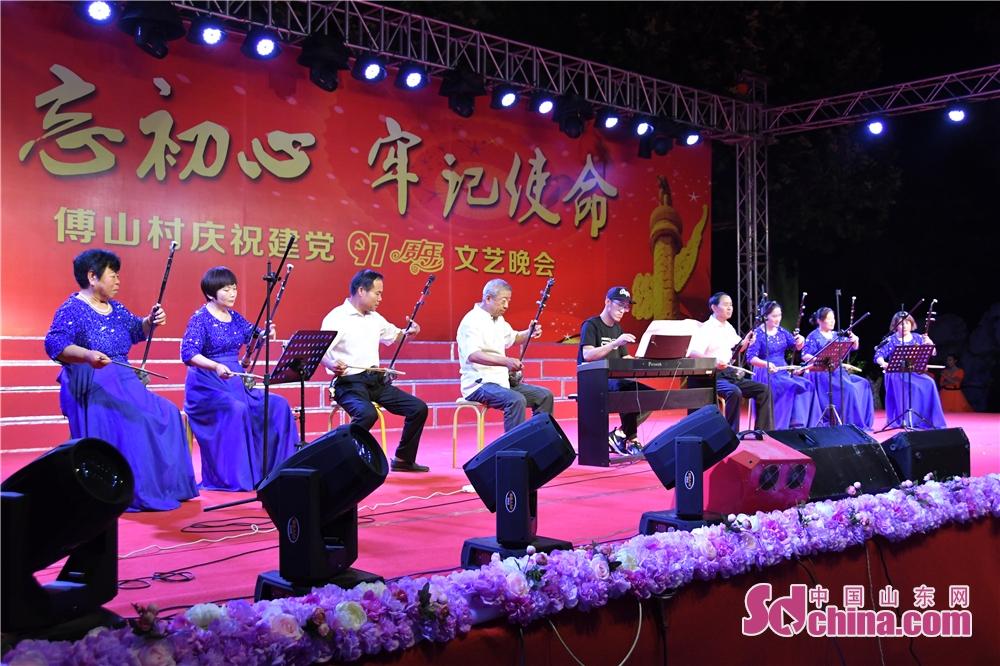 <br/>  傅山艺术团二胡表演《我们和祖国同欢乐》。