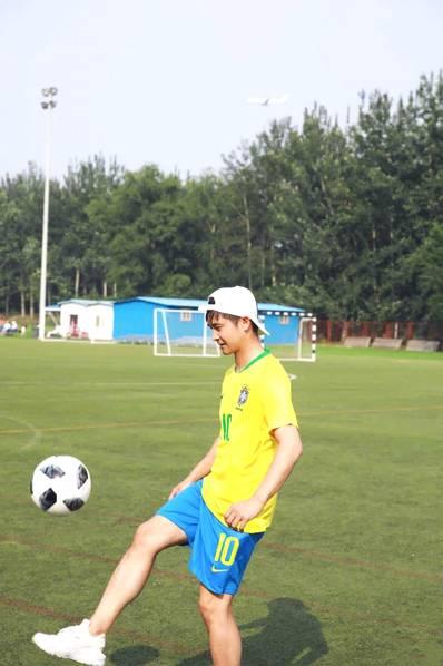 <br/>  田亮踢足球。<br/>