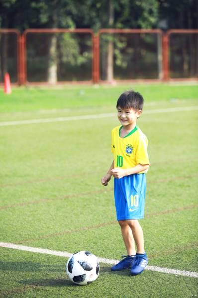 <br/>  小亮仔踢足球。<br/>