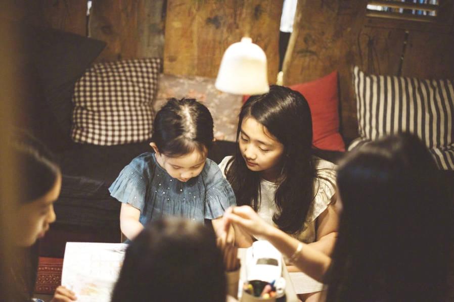 <br/>  7月3日,孙莉在自己的社交账号上晒出一组两女儿美照,并配文:&amp;ldquo;妹妹懵懵哒。&amp;rdquo;照片中,多妹眼睛圆圆表情呆萌,姐姐多多亭亭玉立初具女神范。<br/>