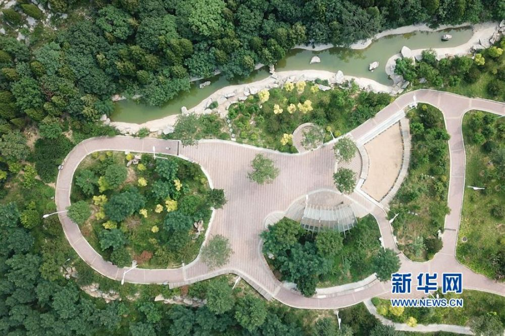<br/>  2013年以来,山东省济南市在修复破损山体基础上加强城区山体绿化提升和山体公园建设,共完成荒山绿化53.6万亩,先后建成32座山体公园,对62座山体进行绿化提升。<br/>