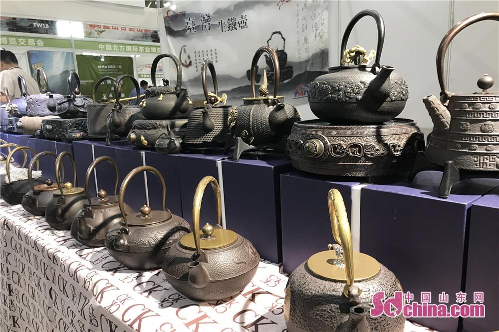 見物者は各種類のお茶を飲みながら、現場で色々な茶器を鑑賞した。<br/>