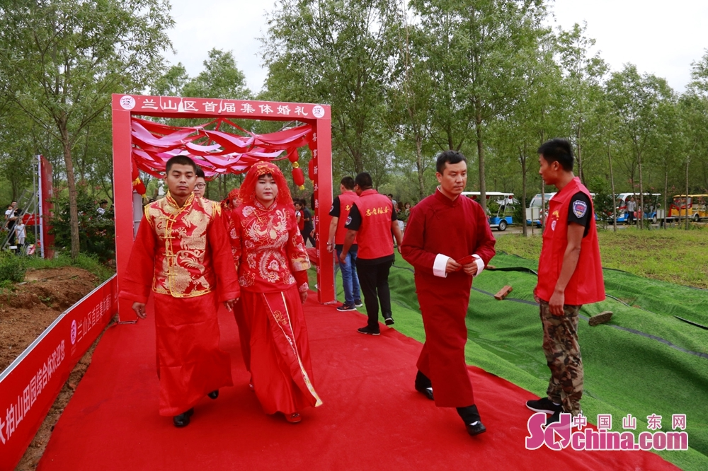 <br/>  10对新人在花海中喜结连理。婚礼采用中国传统方式,既有震撼的水鼓表演,又有传统的结发礼,既有有趣的互动游戏,又有感人的增家训环节。<br/>