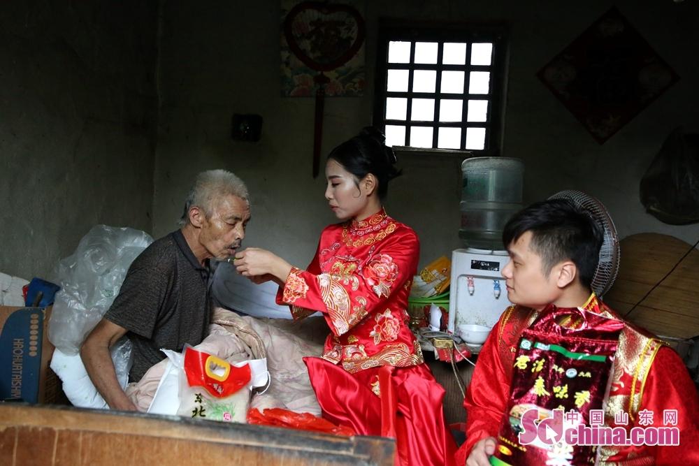 <br/>  8月19日上午,兰山区首届集体婚礼在汪沟镇双和农庄举办。