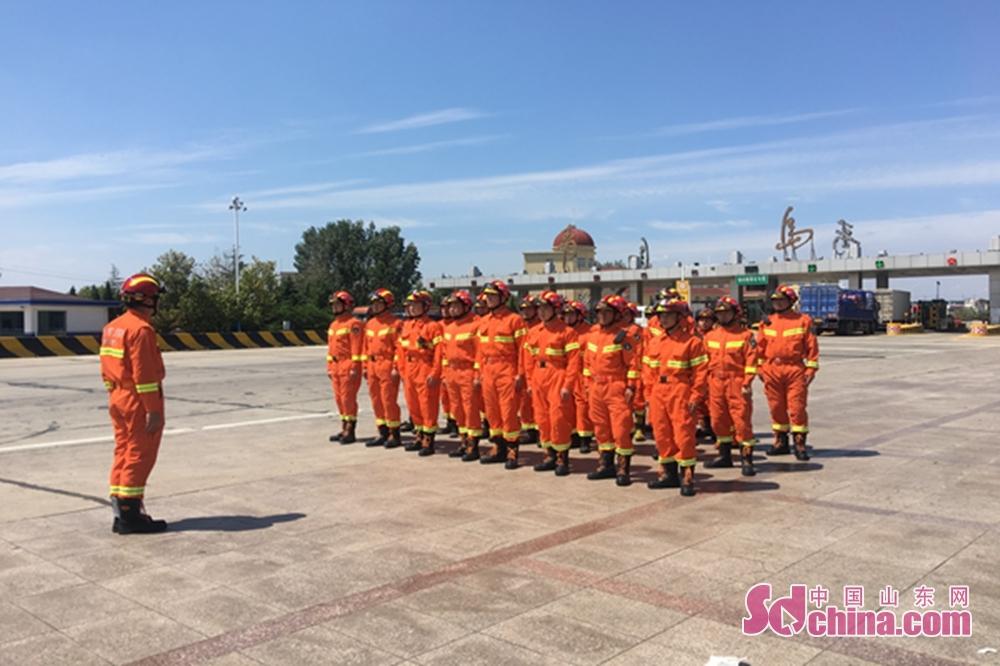<br/>  据介绍,由33名消防官兵、7部消防车、2套远程供水系统组成的第一批救援力量于8月21日晚到达灾区,截至8月26日18时,共计排水142200立方米。据统计,此次青岛市消防支队共计增援寿光市54辆消防车、运兵车及工程机械车,691名消防官兵,3套远程供水系统,16台手台泵,4台浮艇泵,400个折叠床,400个毛巾被,100顶帐篷,100个照明灯。