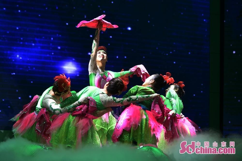 <br/>  8月28日,2018中国博山琉璃文化艺术节开幕。当晚,一次关于琉璃文化艺术晚会在博山区原山大会堂举行。<br/>  携手并肩,绽放如火的激情。同心协力,挥洒美丽的华章。14个节目依次上演,500余名观众齐聚一堂观赏演出。图为喜庆欢快的舞蹈《颜山喜迎八方客》。