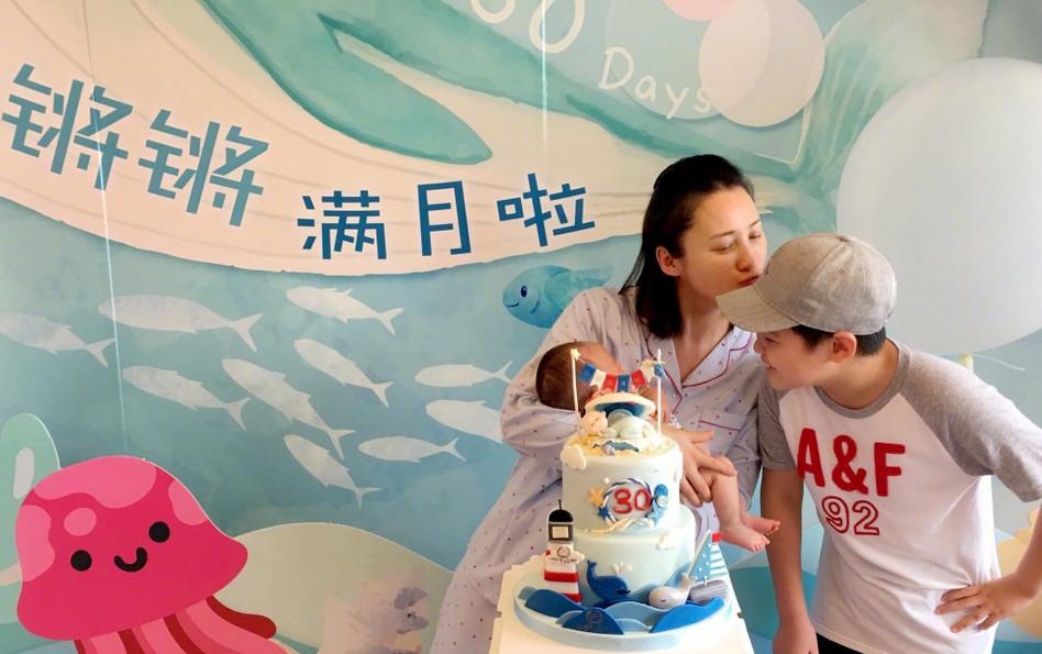 <br/>  蒋勤勤与大儿子和小儿子,母子三人甜蜜同框。