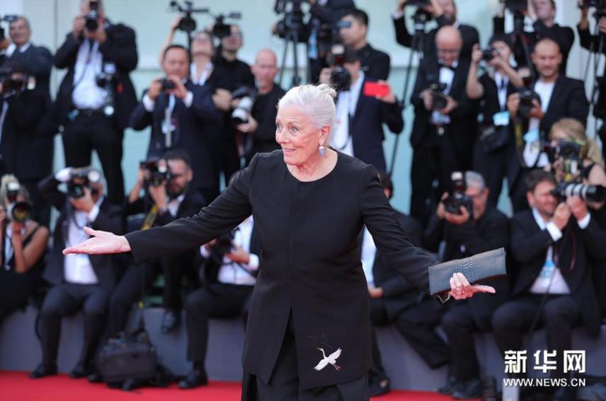 <br/>  8月29日,在意大利威尼斯,第75届威尼斯电影节终身成就金狮奖获得者、英国女演员瓦妮莎&amp;middot;雷德格瑞夫亮相开幕式红毯。新华社记者程婷婷摄