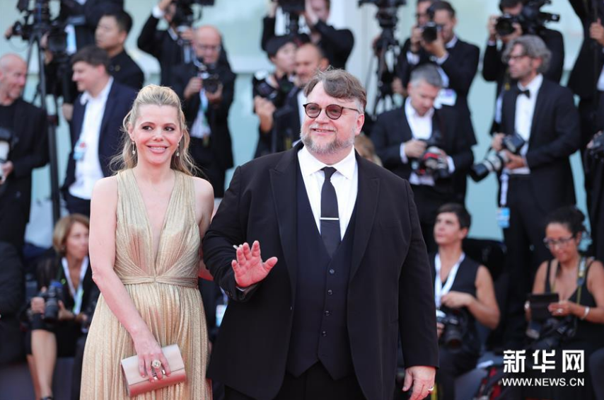 <br/>  8月29日,在意大利威尼斯,第75届威尼斯电影节主竞赛单元评委会主席吉列尔莫&amp;middot;德尔托罗(右)亮相开幕式红毯。新华社记者程婷婷摄<br/>