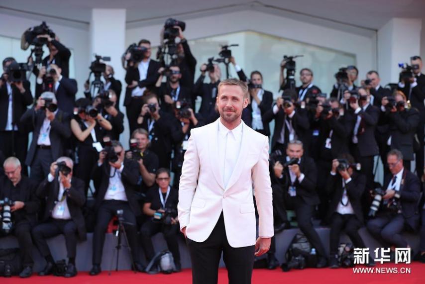 <br/>  8月29日,在意大利威尼斯,演员瑞恩&amp;middot;高斯林亮相威尼斯电影节开幕式红毯。新华社记者程婷婷摄<br/>