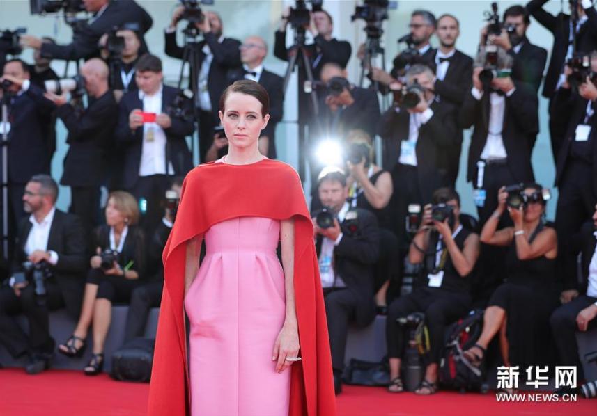<br/>  8月29日,在意大利威尼斯,演员克莱尔&amp;middot;福伊亮相威尼斯电影节开幕式红毯。新华社记者程婷婷摄<br/>