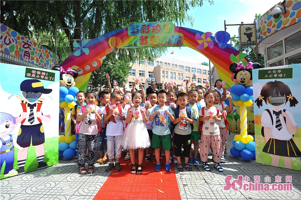 Children pose for a group photo in a primary school in Hangzhou Road of Qingdao, east China's Shandong Province on August 30.