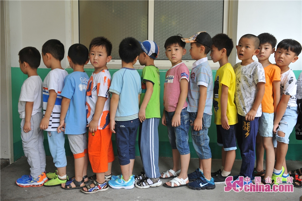 Photo taken on August 30 shows children in a queue in a primary school in Hangzhou Road of Qingdao, east China&amp;rsquo;s Shandong Province on August 30.<br/>