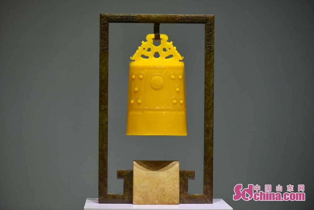 <br/>  鸡油黄作品《琉璃编钟》,被上合峰会选中参会。鸡油黄以石为质,硝以和之,礁以锻之,铜铁、丹铅以变之,非石不成,非硝不行,非铜铁、丹铅则不精,再加黄金、砒霜多和而成。
