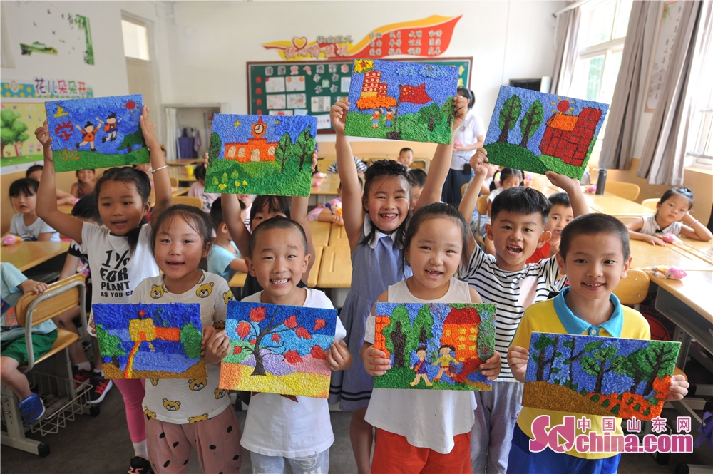 Children show their painting works in a primary school in Hangzhou Road of Qingdao, east China&amp;rsquo;s Shandong Province.<br/>