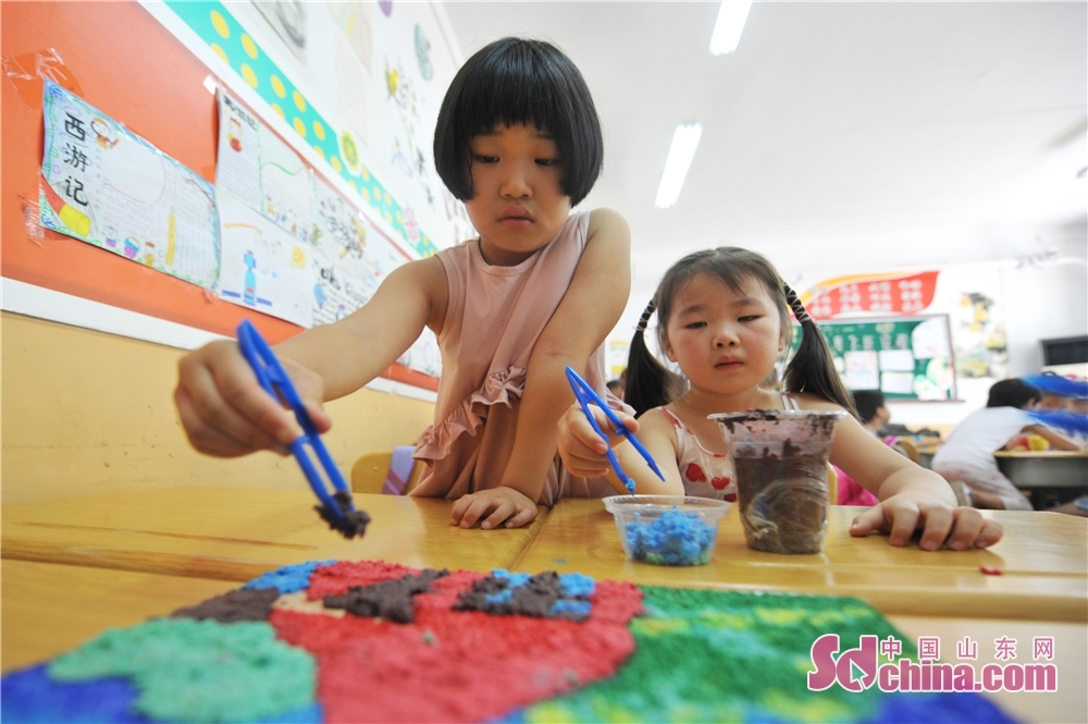 Children draw with eco-friendly materials in a primary school in Hangzhou Road of Qingdao, east China&amp;rsquo;s Shandong Province on August 30.<br/>
