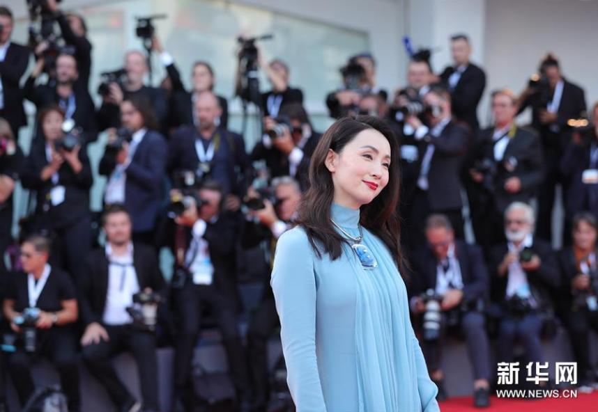 <br/>  8月29日,在意大利威尼斯,中国演员陶虹亮相威尼斯电影节开幕式红毯。新华社记者程婷婷摄<br/>