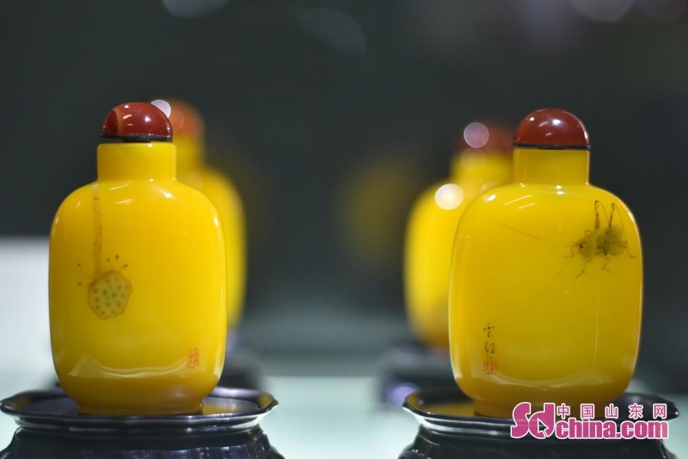 <br/>  鸡油黄鼻烟壶《雅集》。山东省工艺美术大师、康乾琉璃博物馆副馆长徐峰告诉记者,鸡油黄的制作配方非常复杂,要精心调配,特别在烧制过程中更为讲究。品质上乘的鸡油黄作品极少,匠人中有十缸九不成之说。因此,此种料器更显得珍贵。