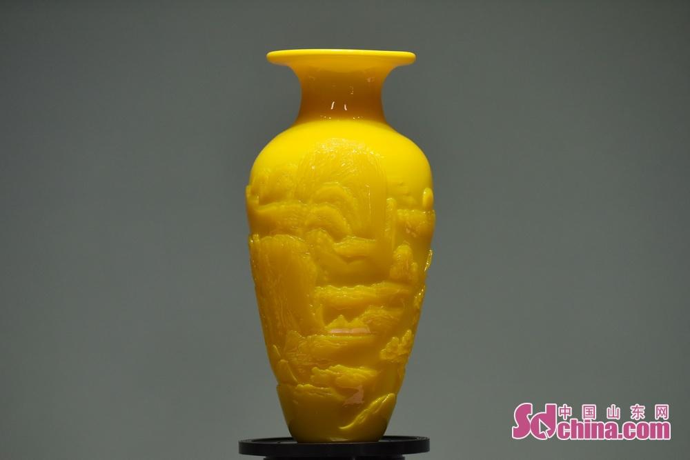 <br/>  鸡油黄作品《泰山瓶》,被上合峰会选中参会。中国玻璃艺术大师孙云毅多年来潜心研究制作琉璃名贵色料,尤其是对鸡油黄的研制,对色泽、成分对比不断改进,从配料、配色到熔制、控温,坚持传统和科技相结合,使这一古老的艺术表现形式焕发青春活动力,其制作的鸡油黄作品成功申获国家发明专利,鸡肝石、鸡油黄琉璃烧制技艺成功入选为山东省第四批省级非物质文化遗产代表项目,其本人也被评为山东省名贵料器鸡油黄、鸡肝石非遗传承人。