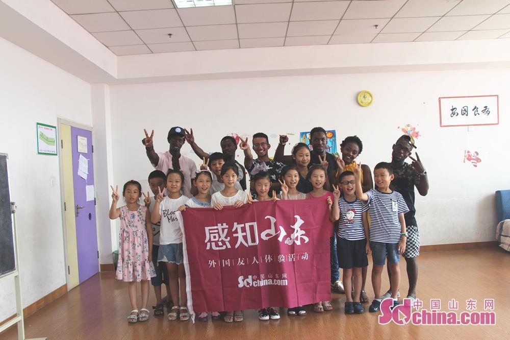 皆は記念写真を撮っていた。<br/>  中国山東網