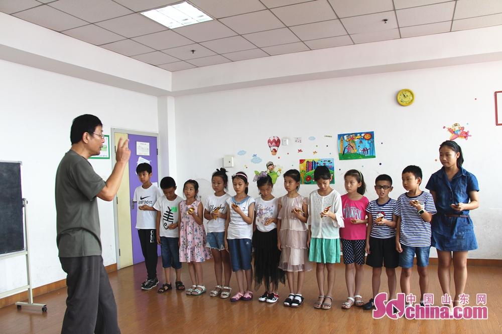 小学生たちは山東快書を演じた。