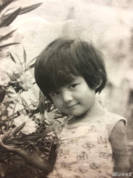 <br/>  8月8日,佟丽娅迎来了34岁生日,爸爸佟吉生晒出一组丫丫的童年照片,祝福女儿生日快乐。<br/>