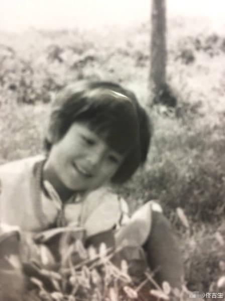 <br/>  8月8日,佟丽娅迎来了34岁生日,爸爸佟吉生晒出一组丫丫的童年照片,祝福女儿生日快乐。
