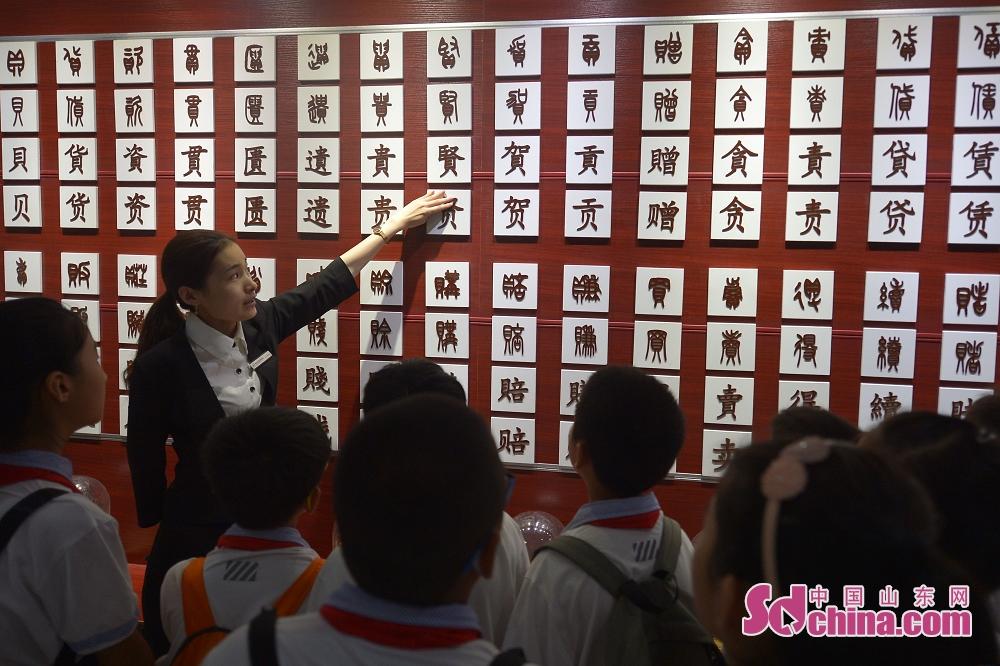 <br/>  青岛贝壳博物馆的讲解员为孩子们讲解汉文化中&amp;ldquo;贝&amp;rdquo;字族谱。<br/>