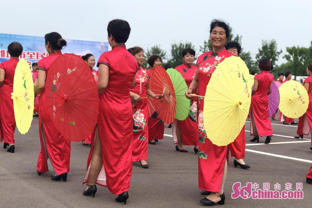 <br/>  旗袍展示。旗袍,被誉为中国国粹和女性国服,它是中国悠久的服饰文化中最绚烂的现象和形式之一。<br/>