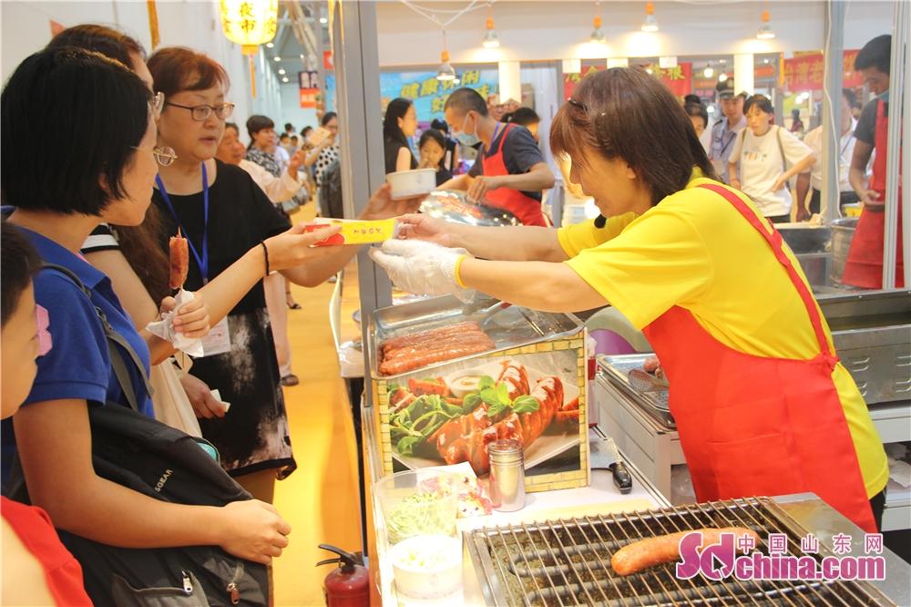 <br/>  本届海峡两岸博览会,将台湾夜市文化与美食小吃进行了有机融合。<br/>