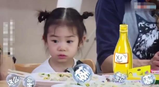 <br/>  近日, Lucky在综艺节目中因爸爸李承铉夸赞小九自己吃饭香而吃醋,翻白眼秒变表情包,被网友调侃:和戚薇一模一样。<br/>