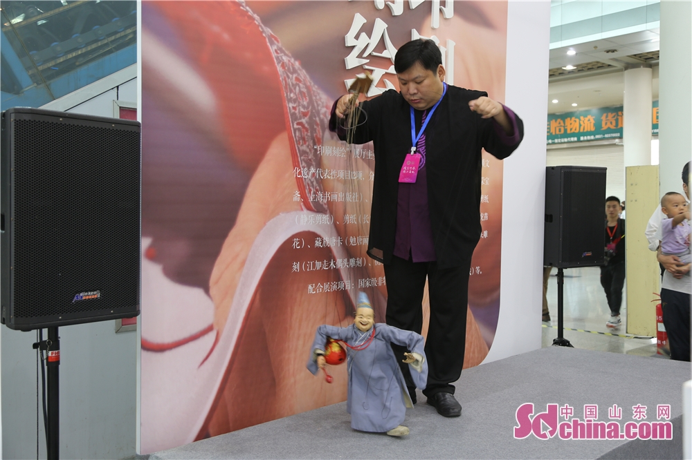 An artist performs marionette show in Jinan Shungeng International Convention and Exhibition Center in Jinan, capital of Shandong Province. The Fifth China Intangible Culutral Heritage Expo kicked off in Jinan Shungeng International Convention and Exhibition Center on 13, September, 2118. The expo will continue to 17, September.<br/>