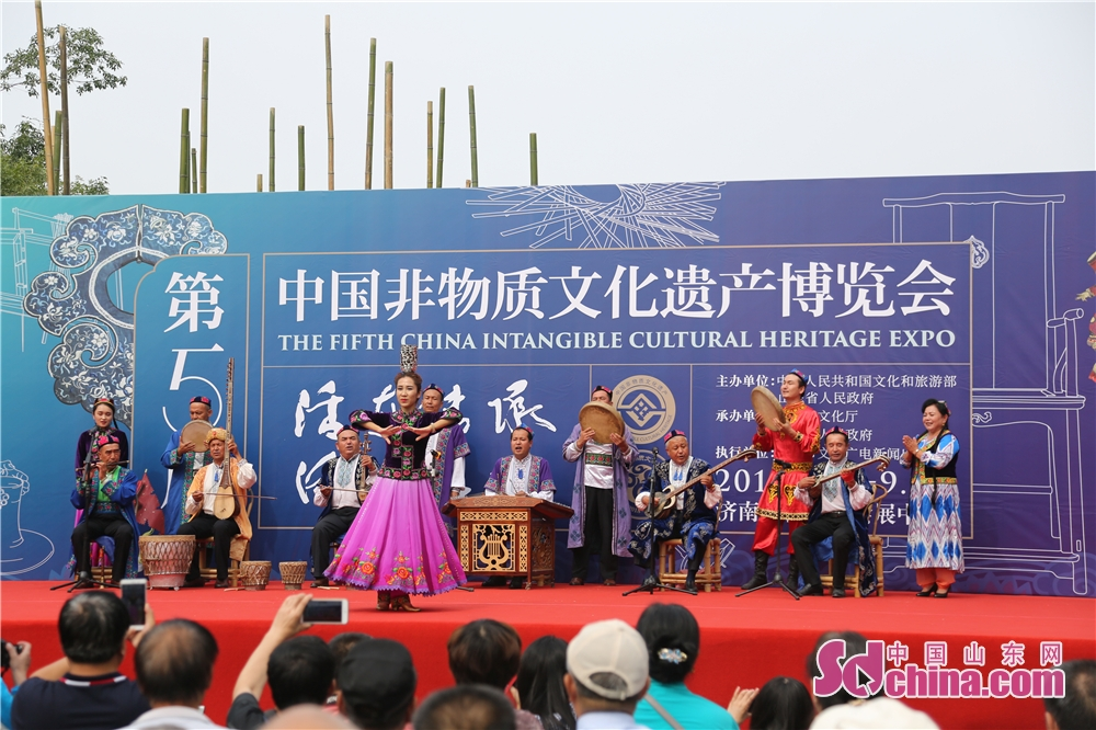 Visitors watch folk performance in Jinan Shungeng International Convention and Exhibition Center in Jinan, capital of Shandong Province. The Fifth China Intangible Culutral Heritage Expo kicked off in Jinan Shungeng International Convention and Exhibition Center on 13, September, 2118. The expo will continue to 17, September.<br/>