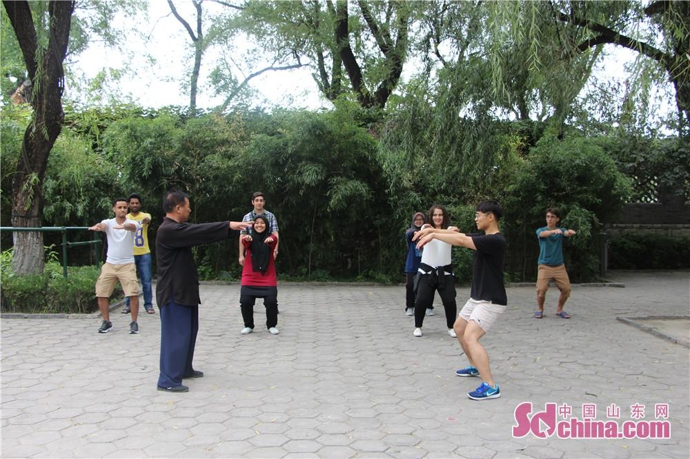 このほど、9人の外国人は「感知山東」外国人体験イベントと一緒に、尼山学院を訪れ、劉東才さんから太極拳の授業を受けた。<br/>