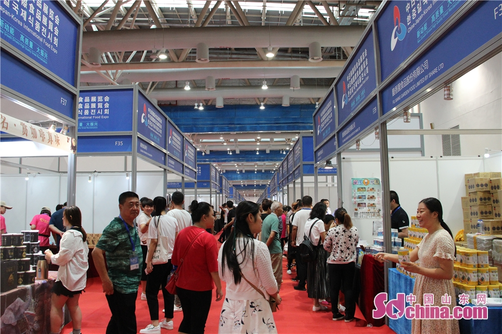 Vistors are seen in China-Japan-Korea Industries Expo in Weifang, east China's Shandong Province on 14 September, 2018. The three-day China-Japan-Korea Industries Expo kicked off today.<br/>