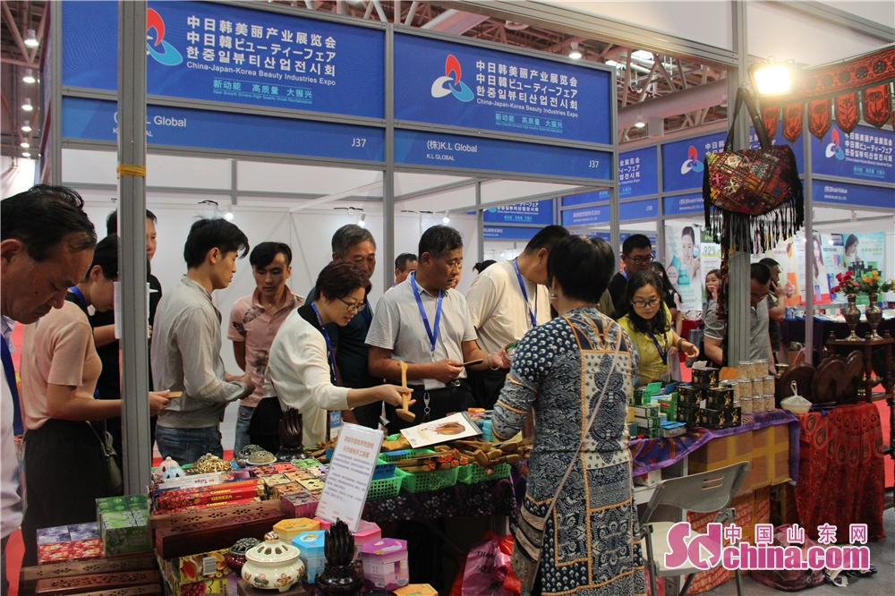 Vistors are seen in the fourth China-Japan-Korea Industries Expo in Weifang, east China's Shandong Province on 14 September, 2018. The three-day China-Japan-Korea Industries Expo kicked off today.