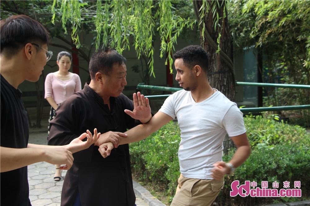 外国人が太極拳の基本な姿を学んでいる。<br/>