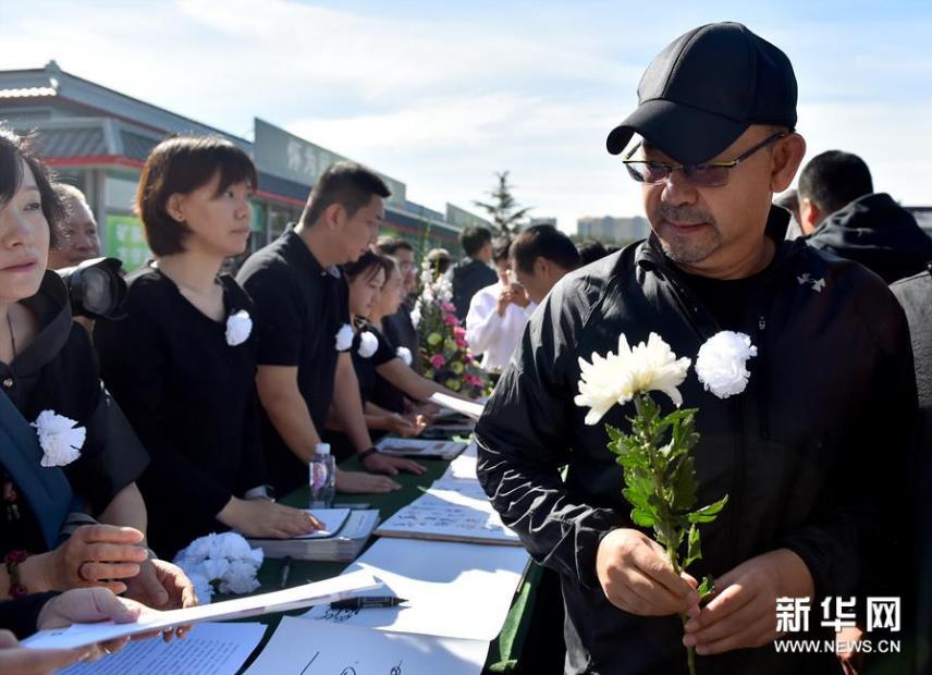 <br/>  9月17日,演员姜武(右一)参加朱旭遗体告别仪式。新华社记者罗晓光摄