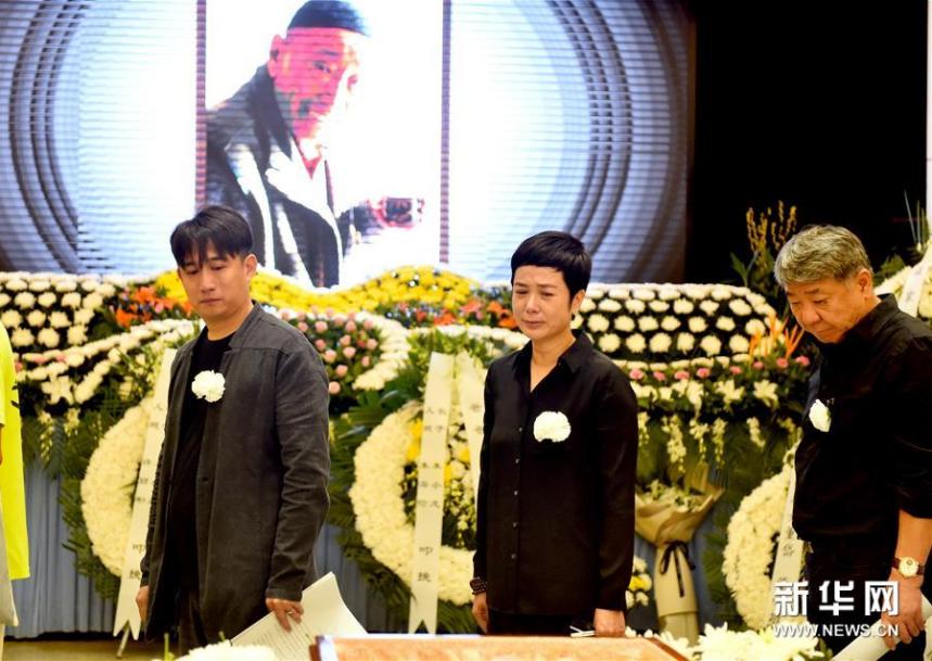 <br/>  9月17日,演员黄磊(左一)、蒋雯丽(左二)等向朱旭遗体告别。新华社记者罗晓光摄<br/>