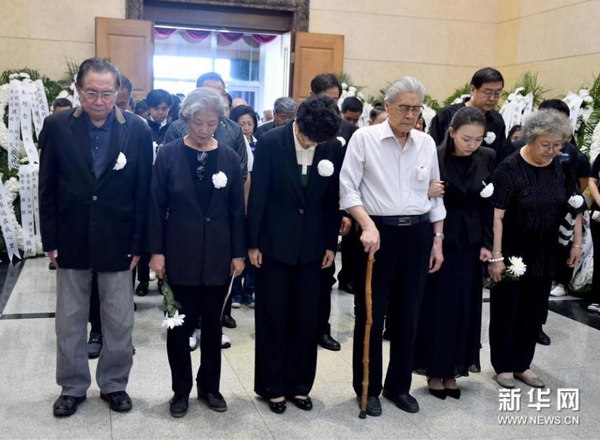 <br/>  9月17日,社会各界人士向朱旭遗体告别。新华社记者罗晓光摄<br/>