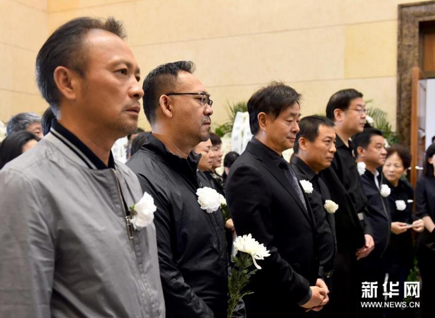 <br/>  9月17日,演员姜武(左二)、濮存昕(左三)等参加朱旭遗体告别仪式。新华社记者罗晓光摄<br/>