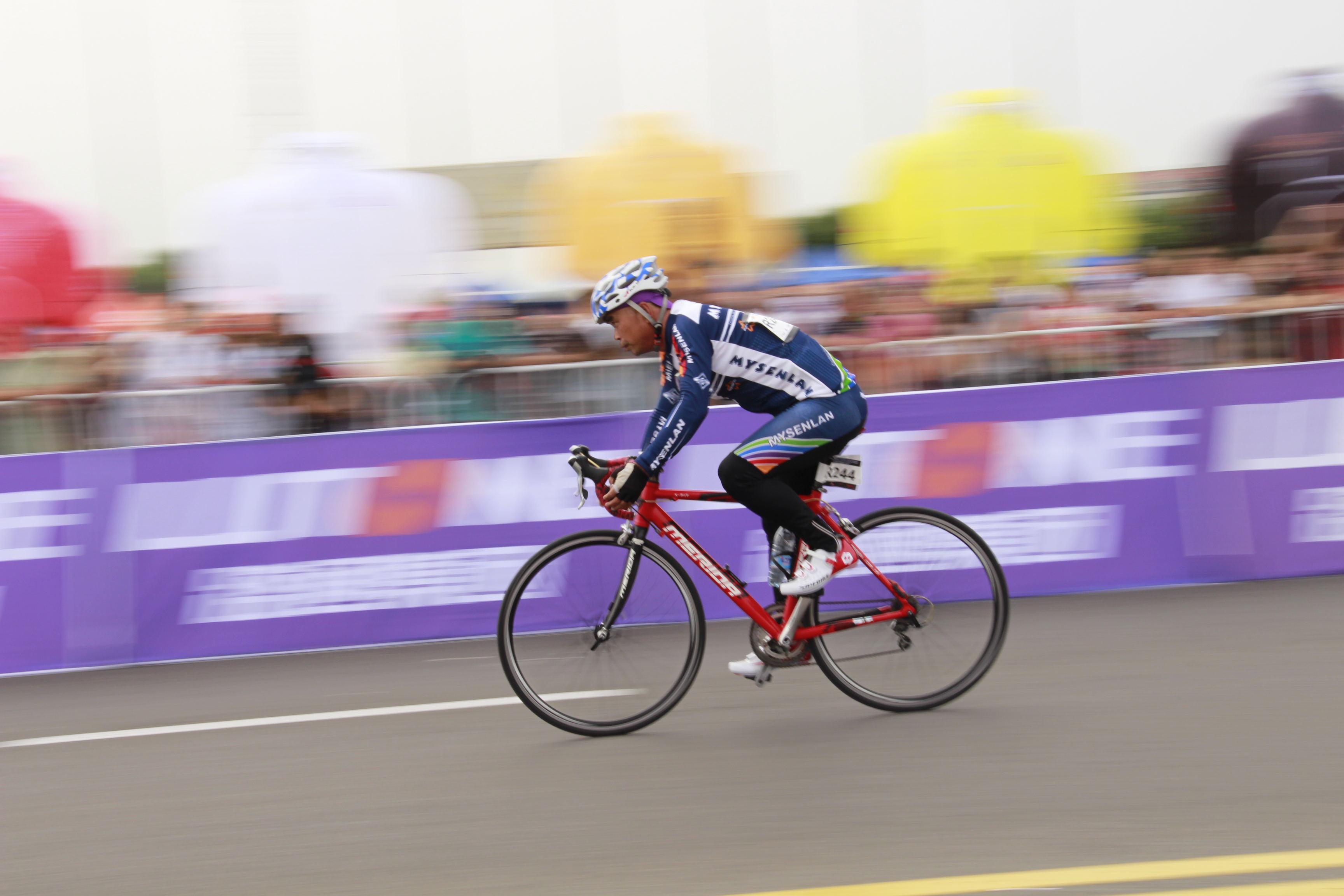 黄河口公路自行车赛:东营上演速度与激情