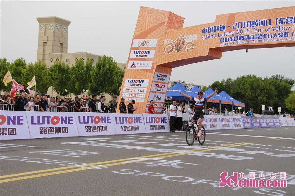 <br/>  来自北京的叶振超获得男子精英组第一名,时间定格在56分17秒757,比第二名少用时近3分钟。<br/>