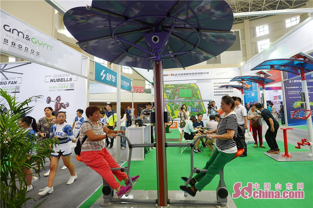 People experience new technologies in sports duiring the &quot;Intelligence + Sports&quot; national fitness week in Qingdao. The 2018 Memory of Shibei &quot;Intelligence + Sports&quot; national fitness week kicked off in Qingdao, Shandong Province, on September 20, 2018.<br/>