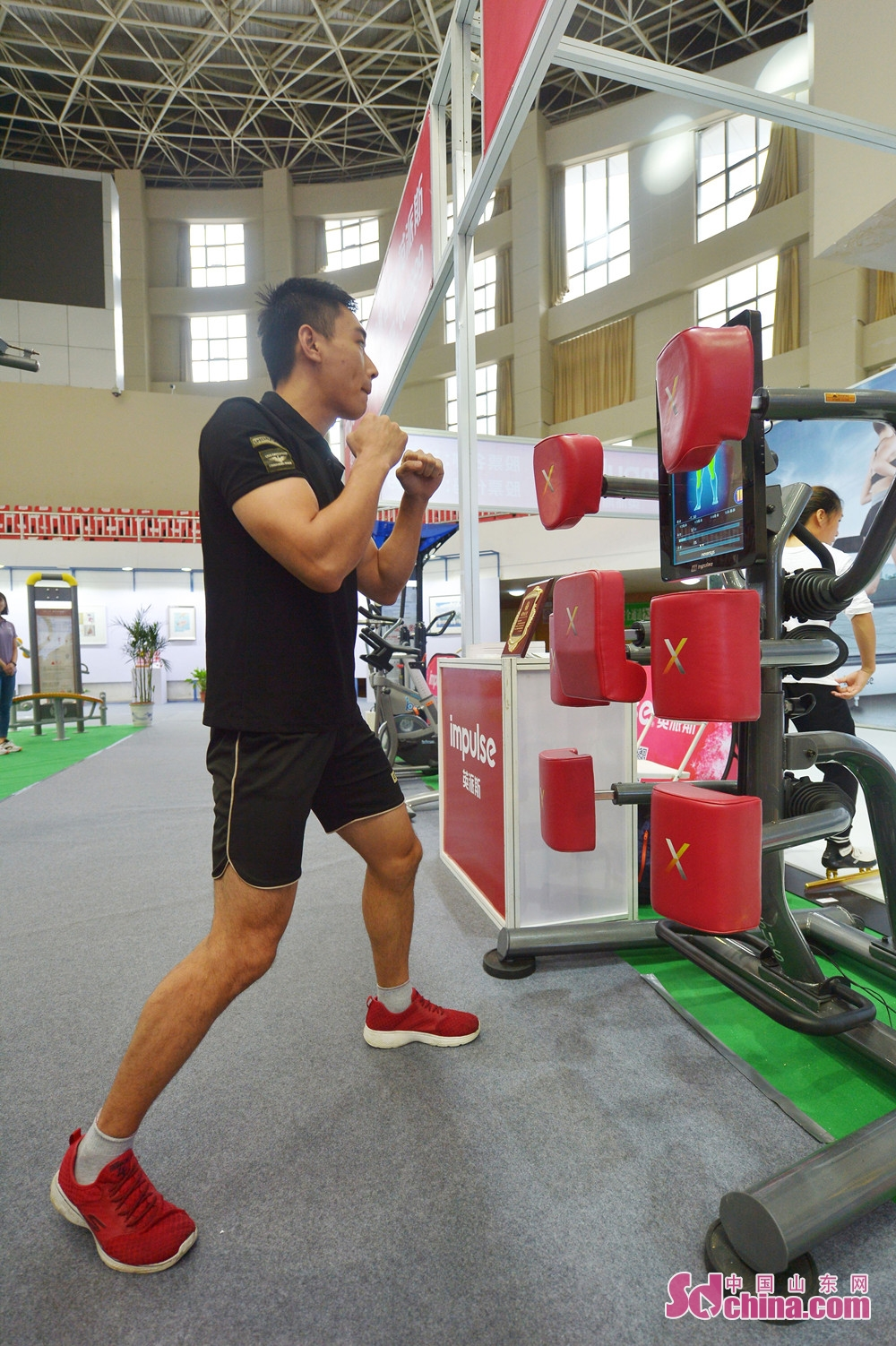 A visitor experiences new technologies in sports duiring the &quot;Intelligence + Sports&quot; national fitness week in Qingdao. The 2018 Memory of Shibei &quot;Intelligence + Sports&quot; national fitness week kicked off in Qingdao, Shandong Province, on September 20, 2018.<br/>