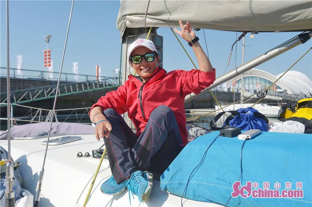 <br/>  2018年9月23日,中国&amp;middot;上海合作组织青年队船员单燕摆出胜利的手势。她是2018&amp;ldquo;远东杯&amp;rdquo;国际帆船拉力赛中唯一的女性船员。<br/>