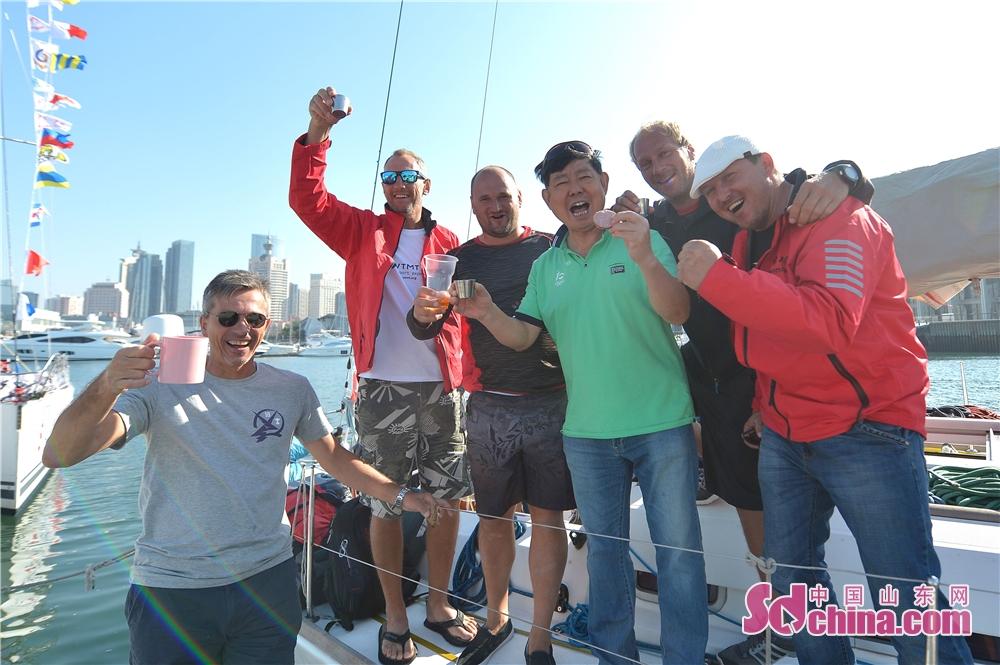 <br/>  2018年9月23日,2018&amp;ldquo;远东杯&amp;rdquo;国际帆船拉力赛总排名第一的俄罗斯七尺队部分船员与青岛市国际帆船赛事执行秘书长王宝琪(左四)用伏特加共庆凯旋。<br/>