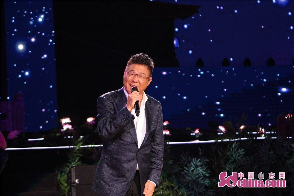 <br/>  9月24日晚,2018年央视中秋晚会在曲阜尼山上演,孔孟之乡人民与全球华人一起赏明月、过佳节,同沐尼山月光,共享团圆亲情。图为:姜育恒演唱歌曲《再回首》